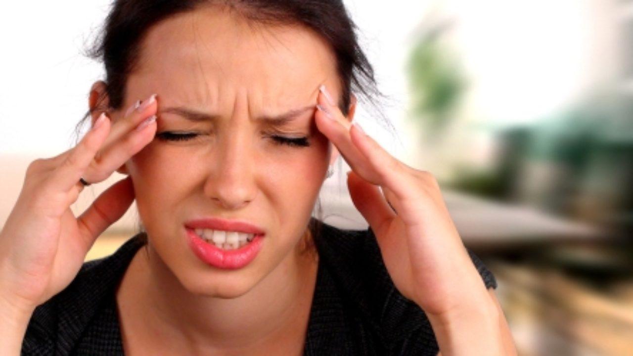 Dolor de cabeza en un lado de la cabeza con vómitos