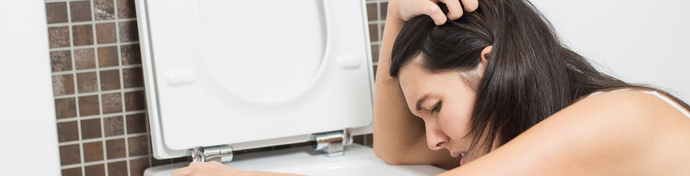 mujer con nauseas y vomitando